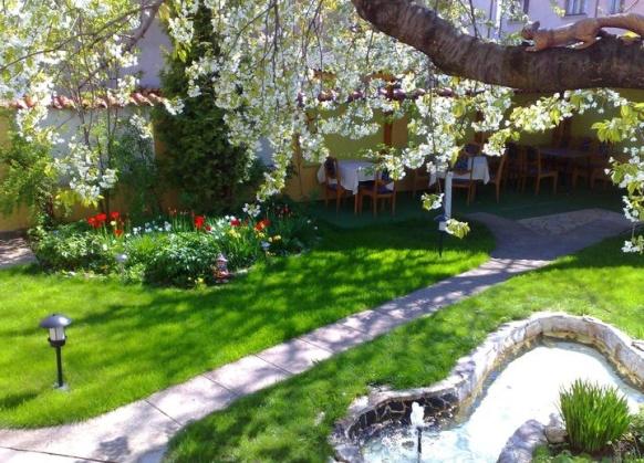 Χαλαρώστε μετά τις Θεραπείες Σπα, στον κήπο του ξενοδοχείου
